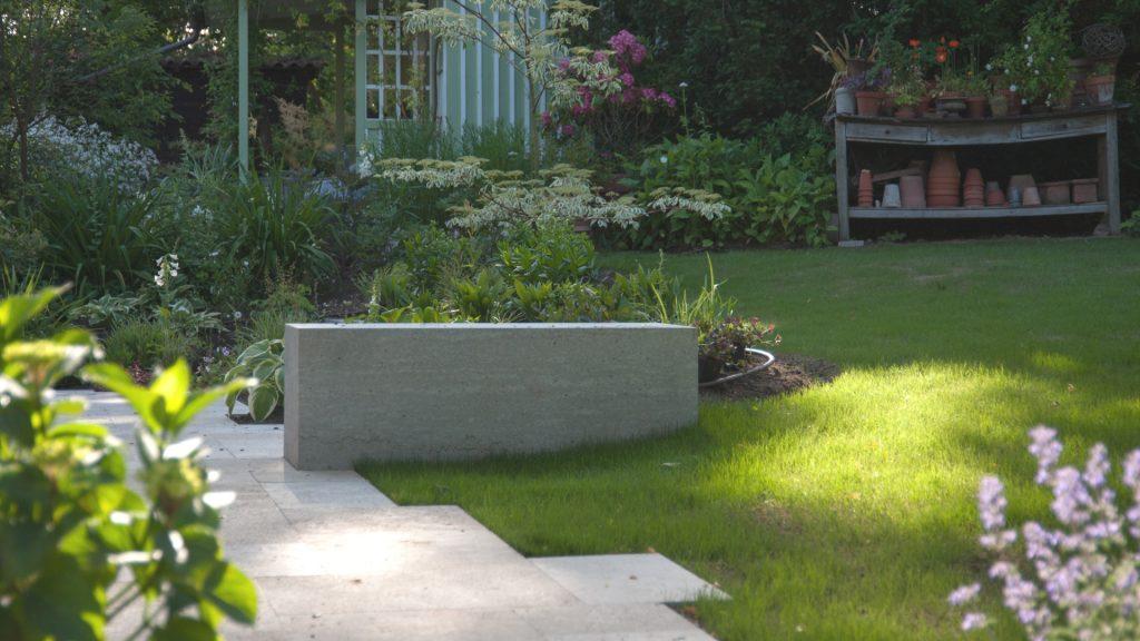 Blick auf den Sitzblock aus Kalkstein Richtung Hauseingang